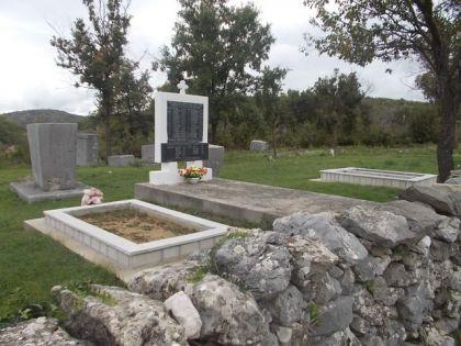 Гробница жртава и споменик на гробљу