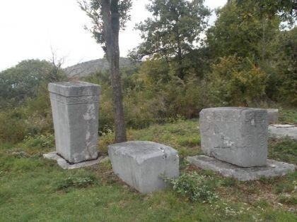 Стари споменици на Љубљеничком гробљу