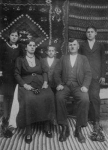 Породица Басташић: отац Лука, маjка Евица, брат Стеван, сестра Јованка и Милан