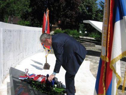 Полагање виjенаца на споменик погинулим борцима у Рибнику