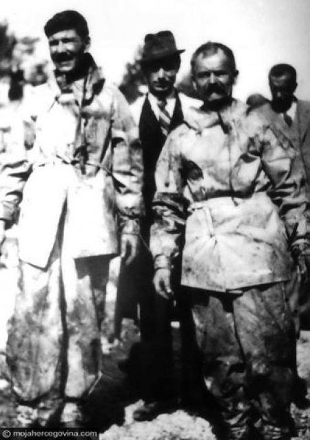 Слиjева на десно: Раде (Гавра) Гуровић, умро послиjе рата у Требињу; Тодор Перовић, послиjе рата преселио се у Београд; Јефто (Миjа) Шкоро, убиjен 12.02. 1942. у Сплиту; у позадини др стоматологиjе Петар Рундо, доведен из затвора као санитетски инспектор, касниjе убиjен од усташа.