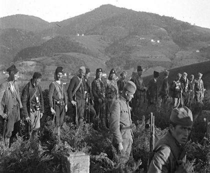 Сахрана курира једне устаничке јединице у Руднику, којој заједно присуствују четници и партизани