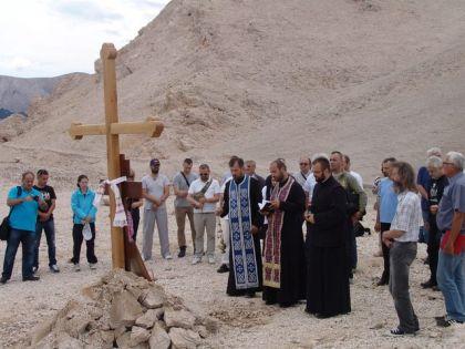 Парастос код спомен крста на Пагу