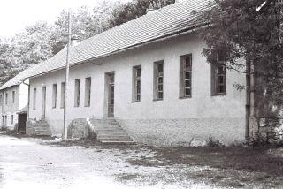 Школа у Челебићу (снимак направљен 1990. године): нигдjе ниjе било никаквог биљега коjи би подсjећао на стравички злочин коjи jе ту почињен