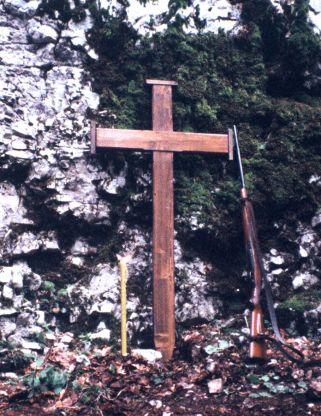 Педесет година касниjе над jамом Равни долац - свиjећа, крст и пушка