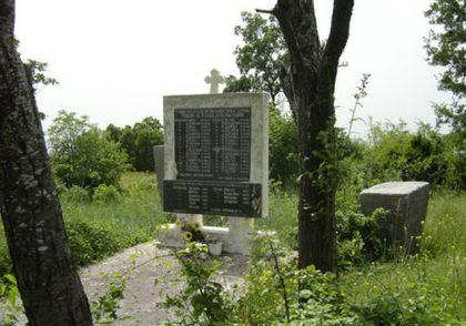 Споменик жртвама, подигнут на православном гробљу у Љубљеници.