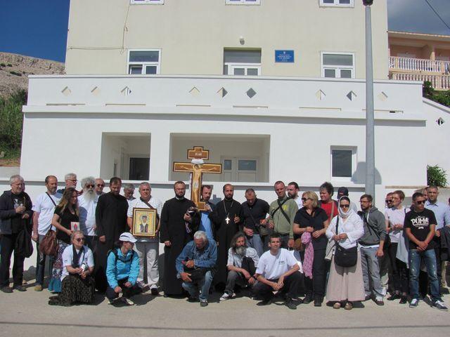 Descendants of victims in front of the school in Metajna