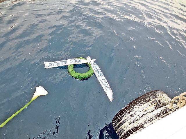 Венац у мору за жртве са Пага