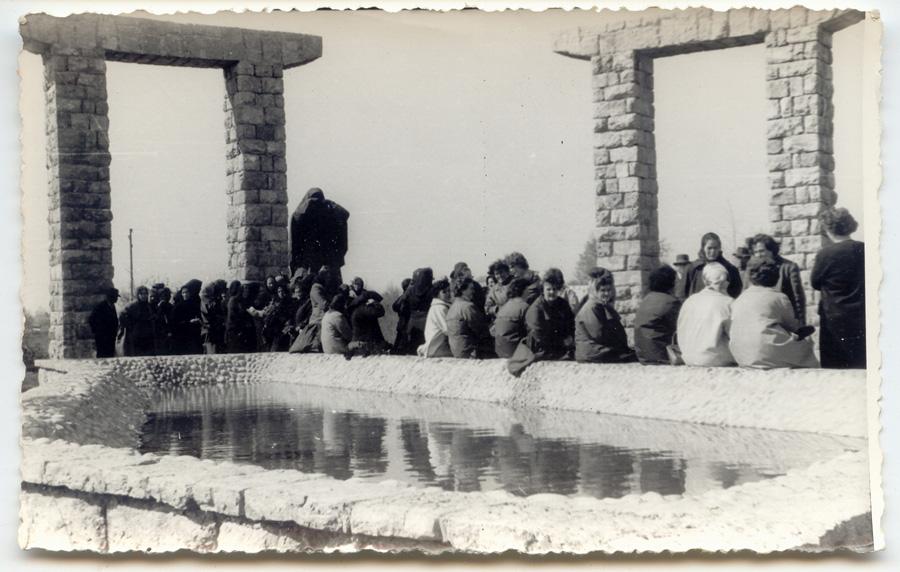 Језеро суза. Личанка маjка православка оплакуjе жртве. Централни споменик жртвама Јадовна на Јасиковцу код Госпића, срушен за вриjеме рата 1991-1995.