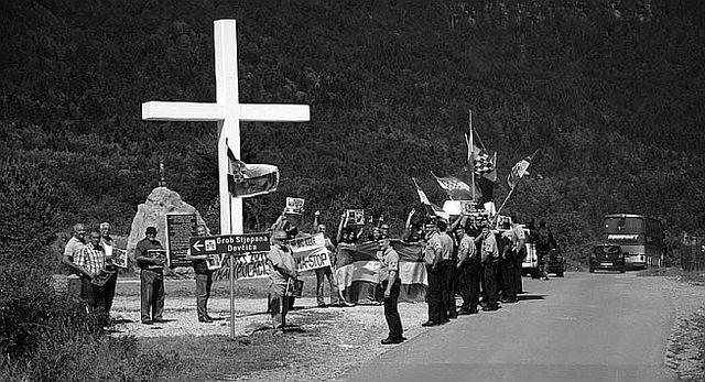 Prosvjed hrvatskih nacionalista za vrijeme održavanja skupa sjećanja na žrtve Jadovnog (FOTO: SNV)