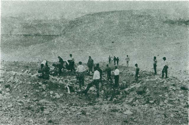 A group of people from Pag lays wreaths on the excavated graves in Furnaža above Malin – Slana, 1964.
