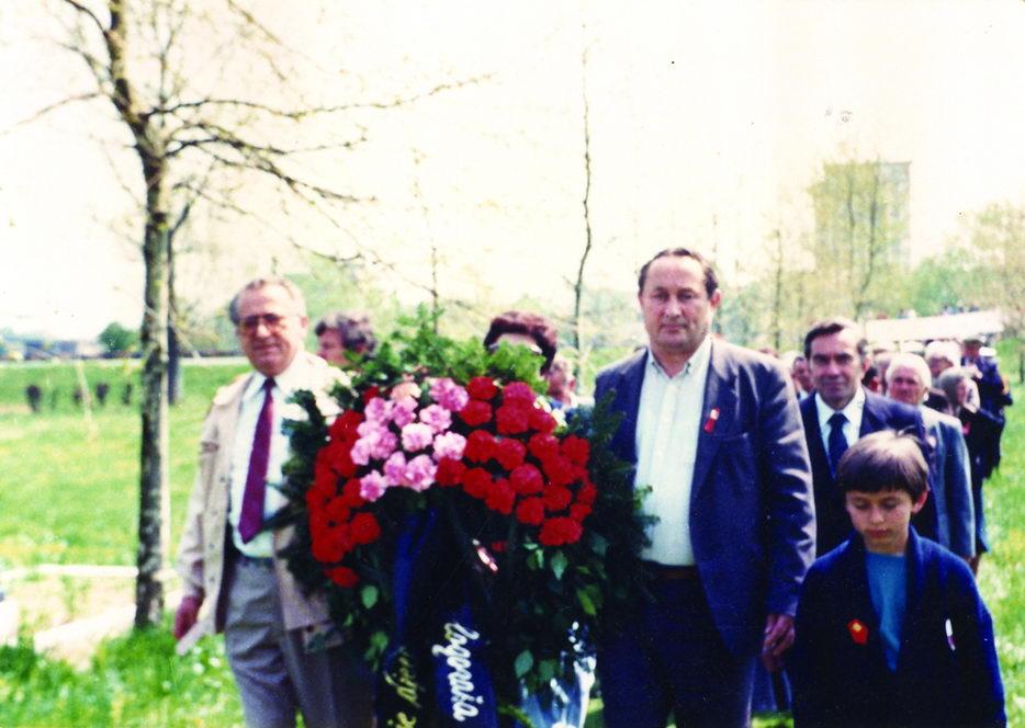 Polaganje vijenaca na spomenik u Staroj Gradišci, oktobar 1989. godine