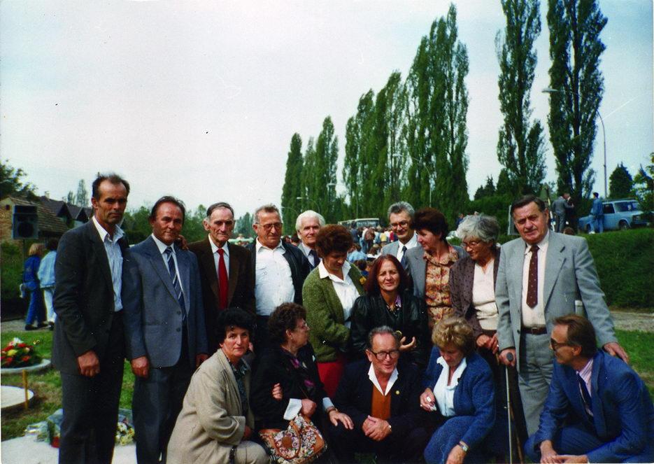 Poslednje okupljanje preživjele djece-logoraša na dječijem groblju u Sisku, oktobra 1990. godine