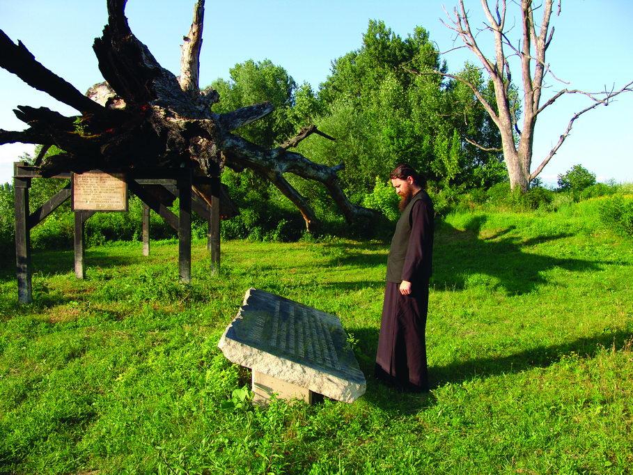 Iguman manastira Tvrdoš jeromonah Sava, na Gradini, pored ostataka Topole užasa, 2004. godine