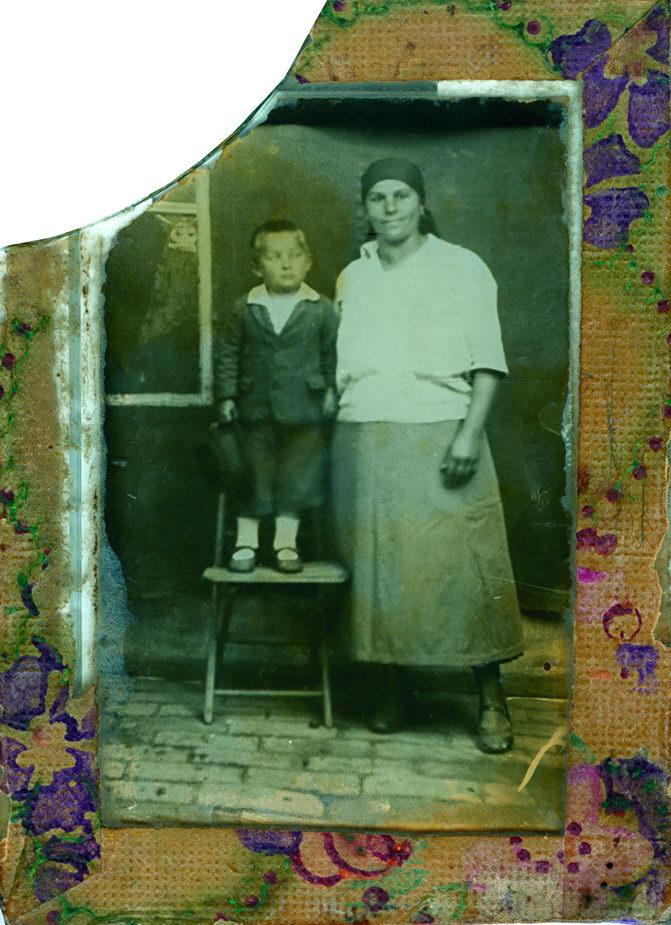 Autor sa majkom, 1933. godine. Slikano kod