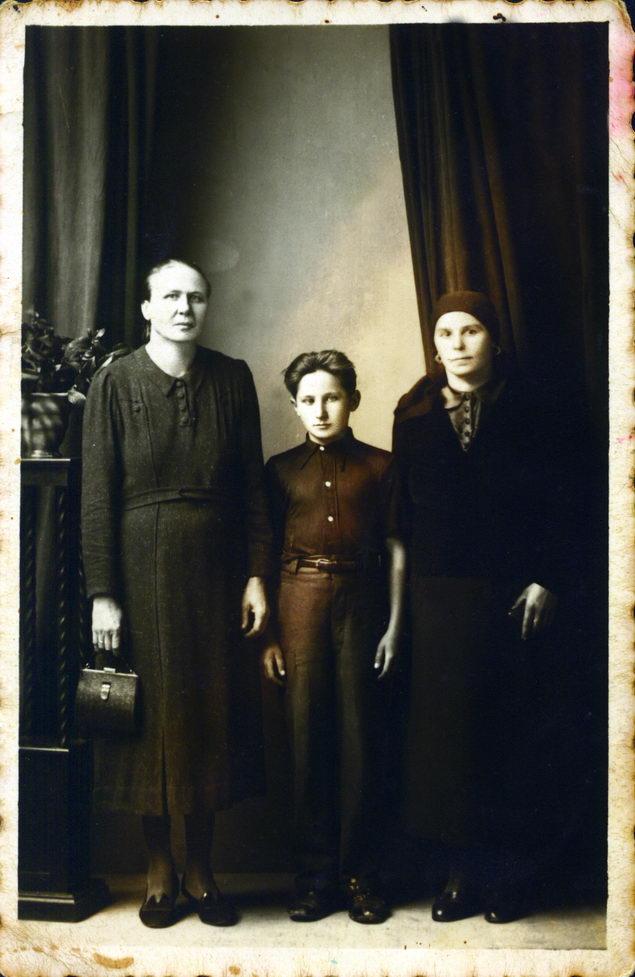 U septembru 1943. za vrijeme oporavka u daruvarskoj banji autor sa Marijom Bosanac Bricinkom i majkom Evicom.