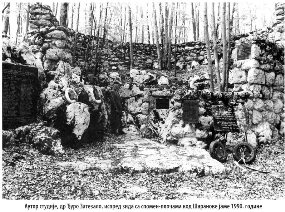 Dr Đuro Zatezalo, na Velebitu, ispred zida sa spomen-pločama kod Šaranove jame 1990. godine