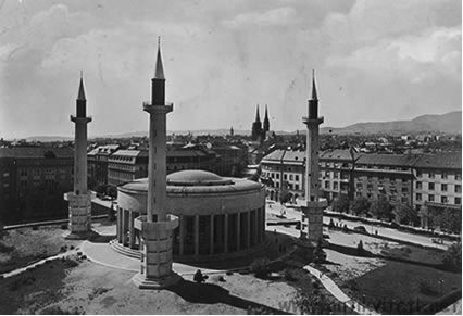 Џамиjа са три минарета у центру Загреба, подигнута 1941. године муслиманским усташама. Данашњи Трг жртвама фашизма.