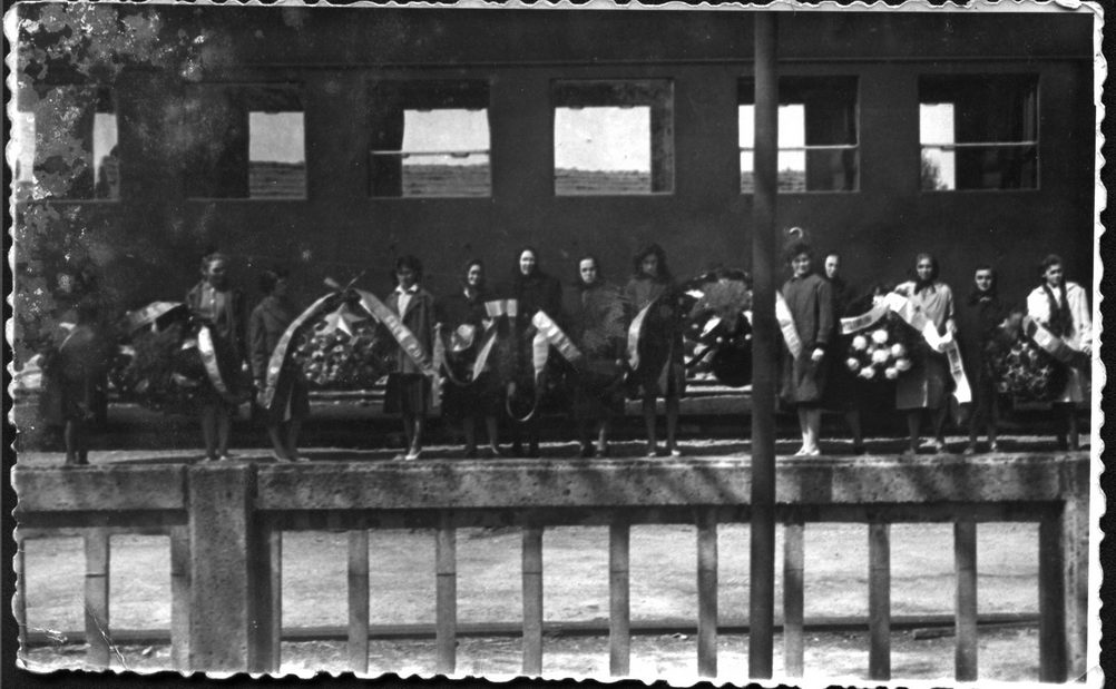 """Године 1963. породице страдалника посjетиле су подручjе бившег логора """"Даница"""" у Копривници"""