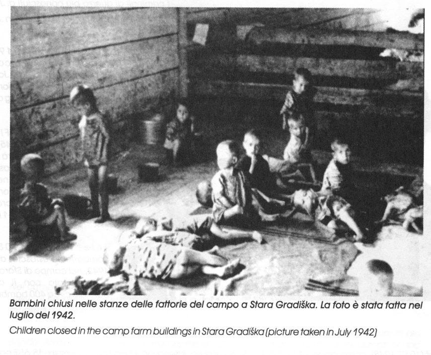 Djeca-logoraši zatvoreni u štali logora Stara Gradiška, jula 1942.
