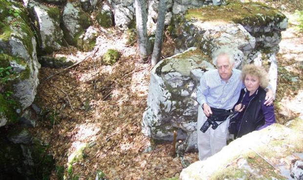 Novak sa suprugom Hajom, pored jedne od jama u koje su bacane žrtve
