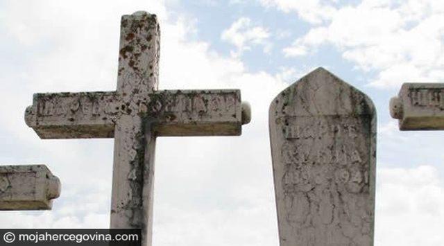 Споменици свештеника Божидара Шаренца и Хакиjе Шарића jедан поред другог