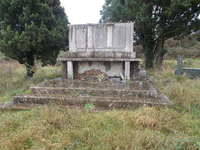 Devastirani spomenik pobijenim žrtvama na Krupi kod Dračeva.