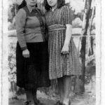Евица и Јованка Басташић, мајка и сестра аутора. Сликано у Руском Крстуру у Банату, прољеће 1945. године