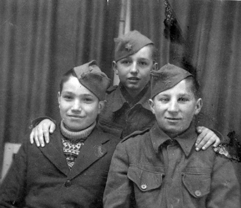 Митар Торбица, Никола Сункајић и Милан Басташић, прољеће 1945. у Бајмоку