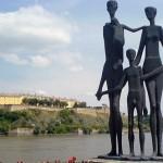 """Споменик """"Породица"""" на Кеју жртава рације"""