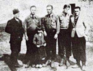 Шесторо преживјелих Црногораца: ПЕРО, РАЈКО, ИЛИЈА (Рајков брат), ЛУКА и МИЈО, а испред њих МАРА ЦРНОГОРАЦ