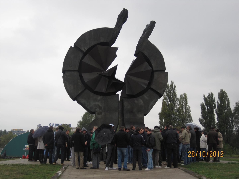 Споменик на Старом сајмишту на месту некадашњег логора / Архивска фотографија