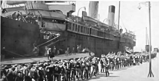 Vojnici se na Krfu ukrcavaju na brod za Solun