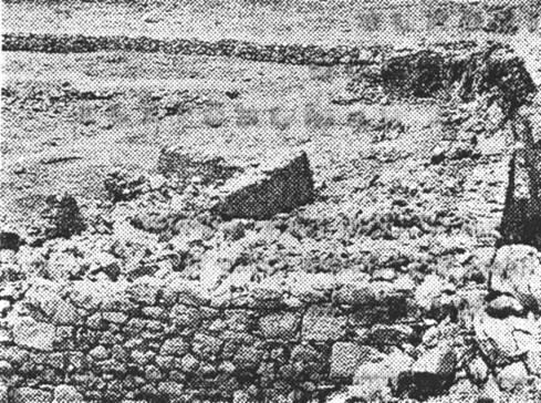 Остаци недовршене камене зиданице у Слани, коjу су у српњу 1941. Почели градити логораши