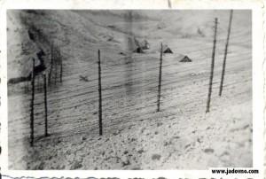 Све бараке у Слани биле су ограђене бодљикавом жицом у неколико редова