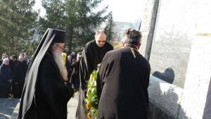 Njegovo preosveštenstvo episkop zvorničko-tuzlanski Hrizostom položio je vijenac na spomen- kosturnicu žrtvama dobojskog logora.
