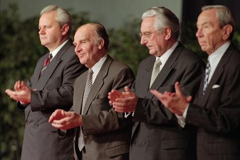 Slobodan Milošević, Alija Izetbegović i Franjo Tuđman sa tadašnjim američkim državnim sekretarom Vorenom Kristoferom posle potpisivanja mirovnog sporazuma 21. novembra 1995. Fotografija: AP