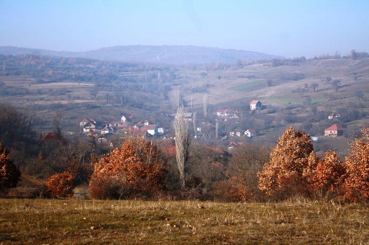 У селу Одевце, између Новог Брда и Косовске Каменице, у којем живи осамдесетак преосталих Срба, људи се одричу хране да би дјеца имала шта да једу и живе у шталама штедећи за куће