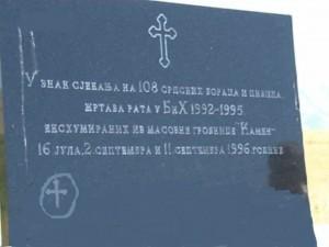 Spomen_ploca_za_108_stradalih_Srba_iz_masovne_grobnice_Kamen