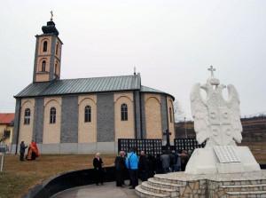 У Осмацима су данас поводом 23 године од формирања Тактичке групе Осмаци, која је била у саставу Војске Републике Српске, положени вијенци, запаљене свијеће и служен парастос код централног Споменика за 241 погинулог борца.