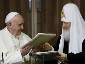 Patrijarh Kiril i papa Franjo (foto: © REUTERS/ Gregorio Borgia/Pool)