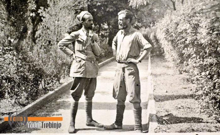 У градском парку са Иваном М. Јаничићем, тада поручником, командантом Ластванског одреда и помоћником команданта команде четничких одреда југоисточне Херцеговине.