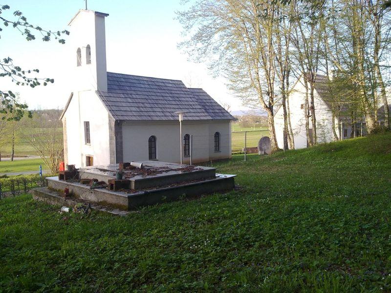 Grobnica_sa_srpskim_zrtvama_pored_pravoslavne_crkve_u_Smiljanu