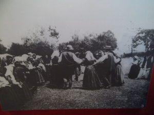 На фотографији је коло пред смиљанском црквом снимљено 1904. године.