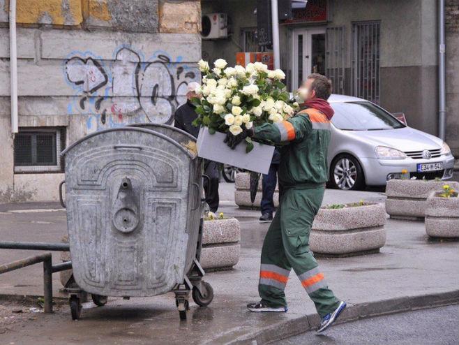 Dobrovoljačka, radnik baca smeće u kontejner (Foto: klix.ba)