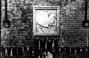 Мештровићев споменик краљу Петру изнад градских врата на Пилама у Дубровнику подигнут је 1923. године, а уклониле су га усташе 1941. године.