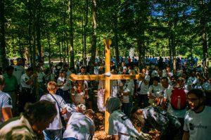 Часни крст постављен недалеко од Шаранове јаме на Велебиту