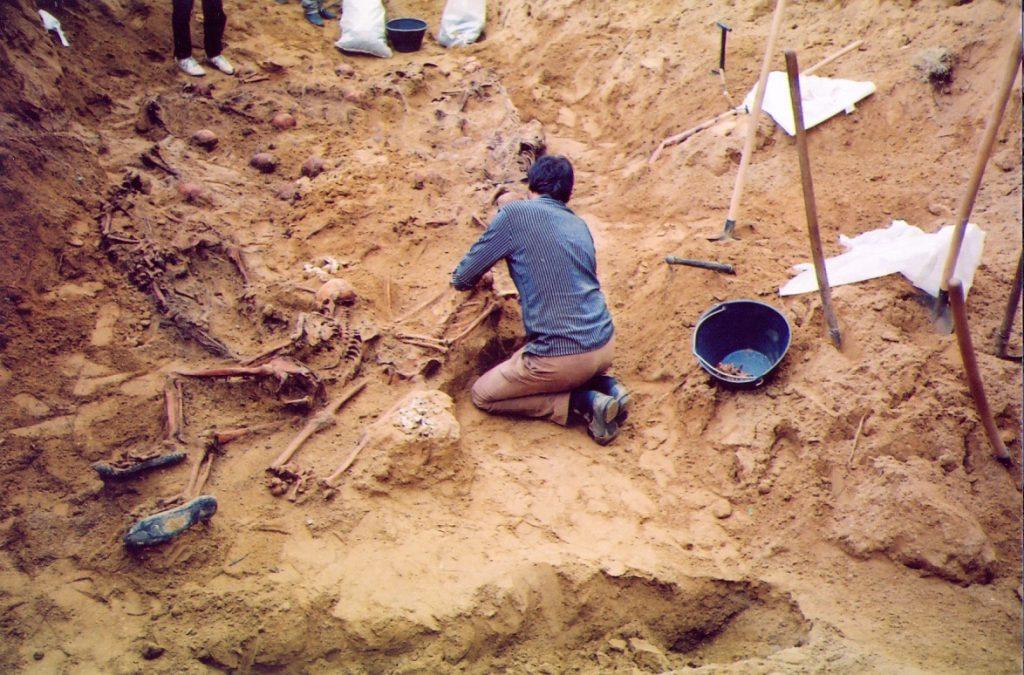 Sa ekshumacije na stratištu Prolog 1991. FOTO:OML
