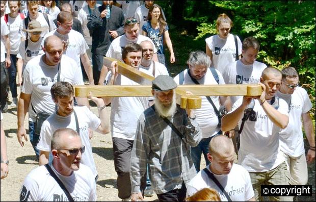 Ношење часног крста на Катину јамау