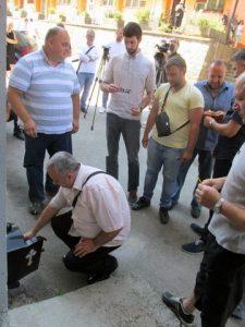 Прислуживањем свијећа за покој душа убијених и полагањем цвијећа код старе зграде полицијске станице, у Сребреници је почело одавање почасти Србима мученим и убијеним у сребреничким логорима у току посљедњег рата